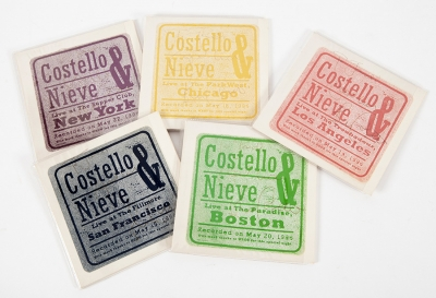 COSTELLO & NIEVE DE ELVIS.Set de los cinco CDs Costello & Nieve de Elvis, edición promocional de 1996, solamente lanzada en Estados Unidos (Nueva York, Chigaco, San Francisco y Los Ángeles), firmados y dedicados por Elvis Costello.