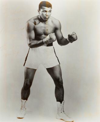 Fotografía original con dedicatoria y firma de Muhammad Ali.