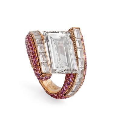 Sortija DE GRISOGONO de diamantes y rubís montados sobre oro rosa.