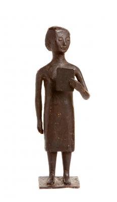 Mujer con libro, años 30-40. En hierro