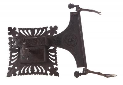 Importante cerradura gótica con llave original.
