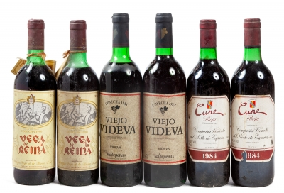 Dos botellas Vega de la Reina 1980, dos Viejo Videva 19...