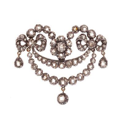 Broche en plata de ley y aguja en oro amarillo de estilo Belle Èpoque.  Modelo tipo guirnalda salpicado de diamantes,.