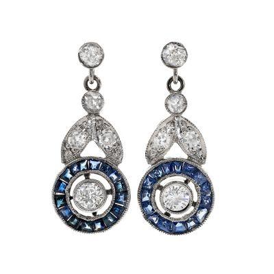 Pendientes largos en platino. Modelo ojo de perdiz con diamante central talla brillante, color G, pureza VS y peso ca.