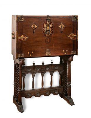 Bargueño salmantino de la segunda mitad del siglo XVII. Madera de nogal con herrajes originales.