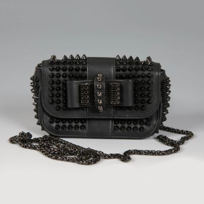 CHRISTIAN LOUBOUTIN. Pequeño bolso Sweety Charity Calf Spikes.