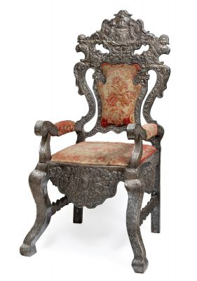 Colonial throne, Peru or Bolivia, 18th century.Wooden structure covered in embossed silver and upholstered in fabric.