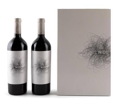 Dos botellas de vino El Nido, cosecha de 2017.