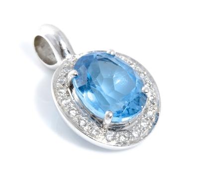 Colgante con topacio azul y brillantes.