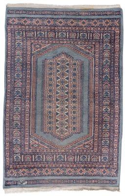 Oriental rug100% wool.Measures: 121 x 82 cm.