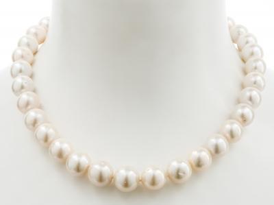 Collar de perlas de los mares del sur, blancas y esféri...