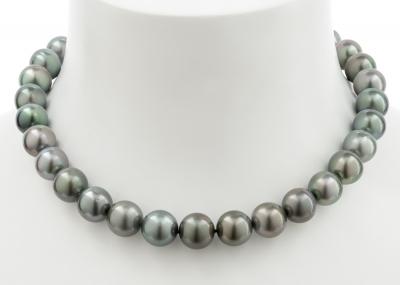 Collar formado por un hilo de perlas Tahití esféricas, de ca.