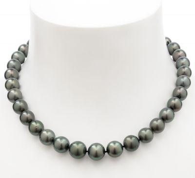 Collar formado por un hilo de perlas Tahití esféricas, montadas en definición de ca. 11 – 13.
