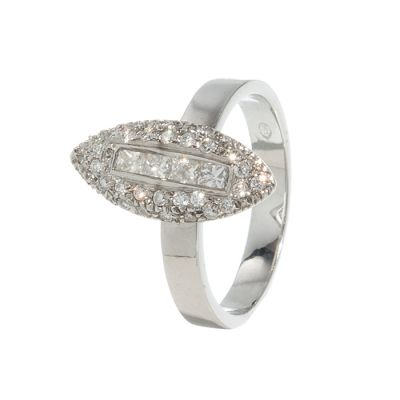 Sortija realizada en oro blanco de 18 kts.Frontis en forma de lanzadera, cuajada de diamantes, talla brillante y talla princesa, con un peso total de ca.