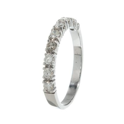 Sortija realizada en oro blanco de 18kts. Media alianza con diamantes,  talla 8/8, con un peso total de ca.