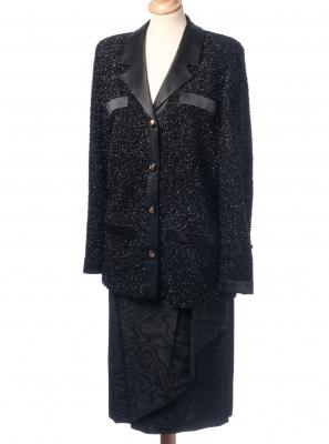 Traje de chaqueta y falda  de CHANEL. Realizado en seda