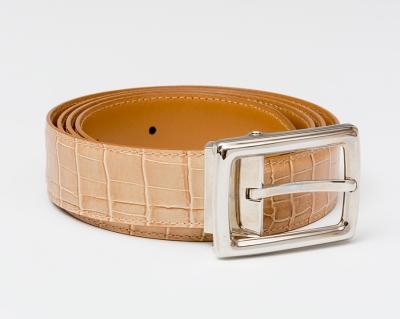 Cinturón MONT BLANC realizado en piel de bovino de color camel.