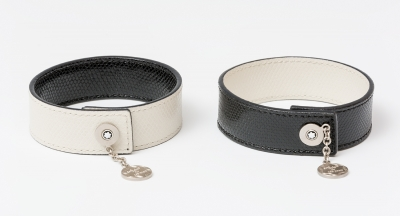 Juego de dos pulseras MONT BLANC realizadas en piel de bovino negra y blanca trabajada imitando piel de serpiente. Cierre en metal con el logotipo de la casa.