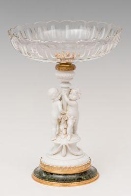 Centro de mesa; Alemania, finales del siglo XIX.Biscuit, pie de mármol, bronce dorado y cristal tallado.