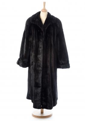 Abrigo largo de visón marrón de SAGA SELECTED MINK.