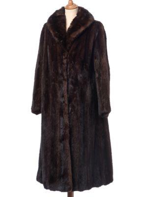 Abrigo visón. Medidas: 50 x 108 cm; 57 cm (mangas)