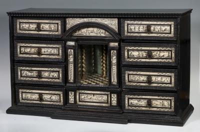 Bargueño napolitano del siglo XIX, siguiendo modelos del siglo XVII.Madera ebonizada y hueso grabado.