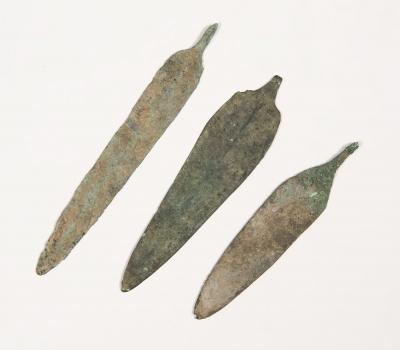 Tres puntas de flecha ; Luristán,  Persia, siglo IX- VIII a.