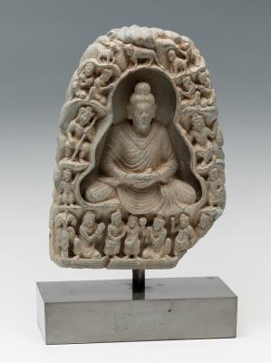 Buda con oferentes de la cultura  Gandhara, siglos III-IV.