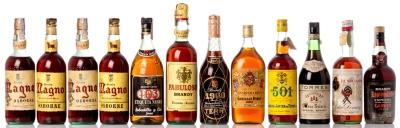 Selección de doce botellas de brandy.
