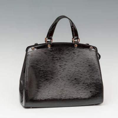 Bolso de LOUIS VUITTON, modelo Brea MM.Piel saffiano y charol negro.