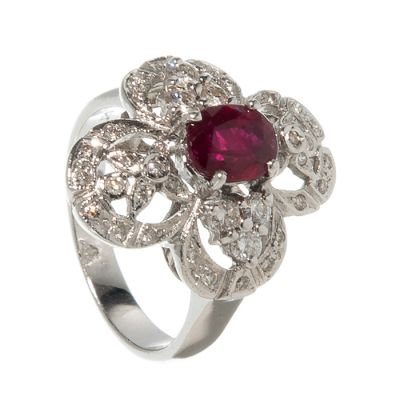 Ring made in 18k white gold.Rosette with a central ruby, oval size, with a total weight of ca.