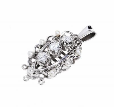 Colgante en platino, diseño rejilla oval con tres diama