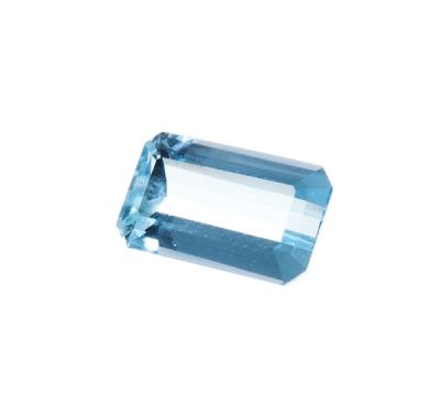 Aguamarina, talla rectangular, excelente color y brillo azul claro.