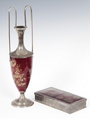Conjunto de caja de tabaco y jarrón, trabajados en plat