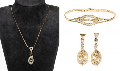 Lote: 35107790Conjunto de pendientes largos, pulsera y gargantilla en oro amarillo de 18 kts, diseño inspirado en el eslabón de barco de Gucci, decorado con diamantes talla brillante color G, pureza VS1, peso ca. 3.