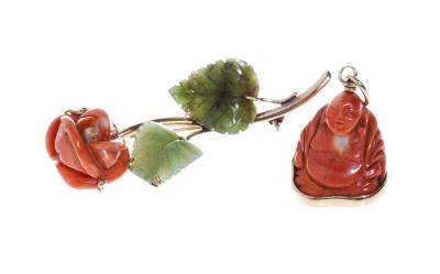 Conjunto de broche y colgante en coral, oro amarillo y jade verde.