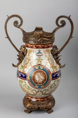 Porcelana de POITIERS 1895WL Con base, cuello y asas de bronce. pintado a mano con motivos mitológicos.