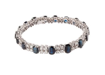 White gold bracelet, outlined with diamonds ca. 4,5 cts.
