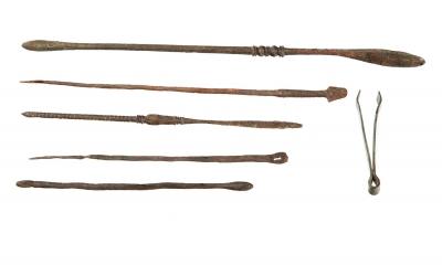 Conjunto de seis piezas de instrumental médico romano en bronce. Época imperial (siglos I a III d.C.)