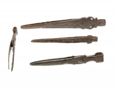 Conjunto de cuatro pinzas médicas romanas en bronce. Época imperial, siglos I a II d.C.