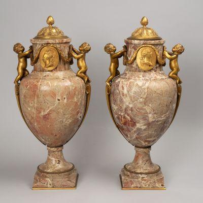 Pareja de copas Luis XVI; Francia, del XIX. Mármol rosa Jaspe y bronce dorado.