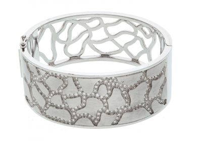 Bracelet made in 18 kt white gold. rigid, wide and openwork at the bottom with 180 diamonds, brilliant cut, small size with a total weight of 1.