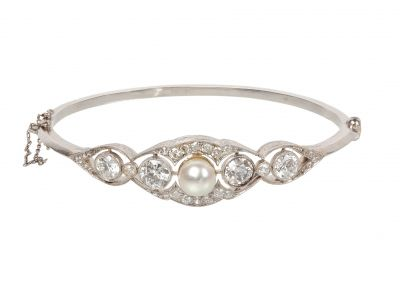 Bracelet made of platinum, rigid, knife arm, with brilliant cut diamonds and a 7.5 mm central cultured pearl.
