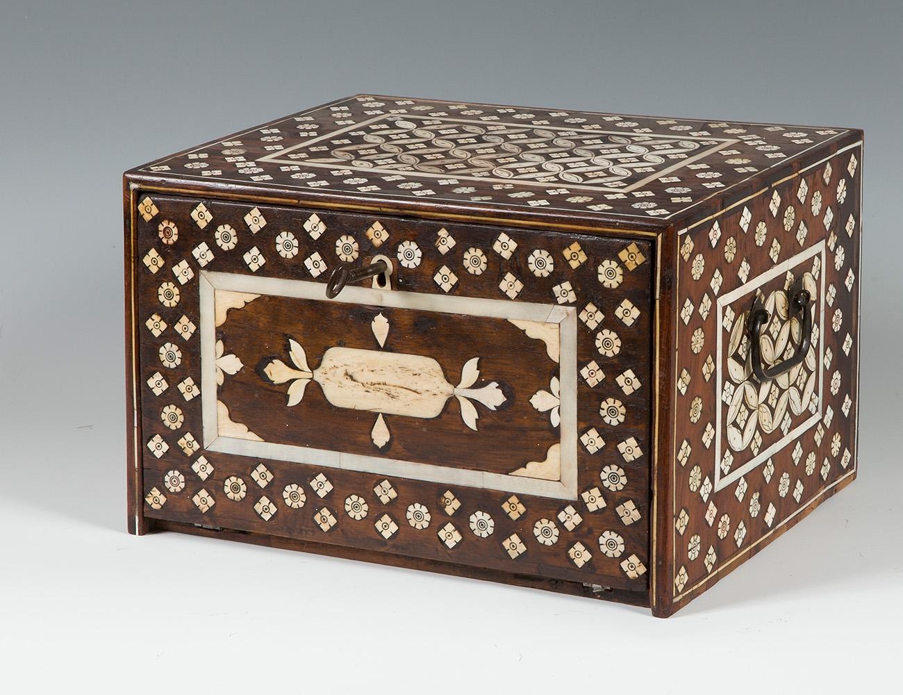 Pequeño bargueño; India, siglo XVII.