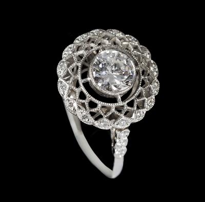 Sortija solitario en oro blanco. Frontis con diamante central